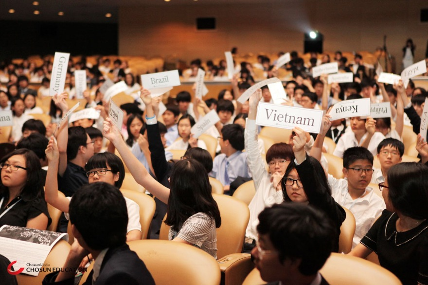 A session of Model United Nations, when delegates raise their placards. (Chosun Education/Best Delegate)