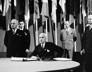 Penandatanganan Piagam PBB oleh Amerika Serikat, 26 Juni 1945. Signing of the UN Charter by the United States, 26 June 1945