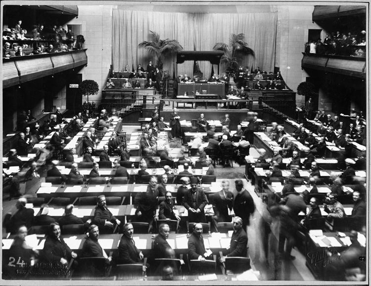 Sidang pertama Majelis Liga Bangsa-bangsa pada tahun 1920. The first meeting of the League of Nations Assembly, 1920.